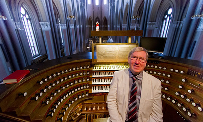 Martin Setchell at the console of Wiesbaden Marktkirche organ