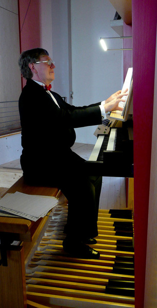 Martin Setchell playing the organ in Muehlacker, Germany
