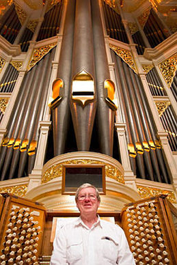 Martin Setchell in front of the Sydney Town Hall organ pipes